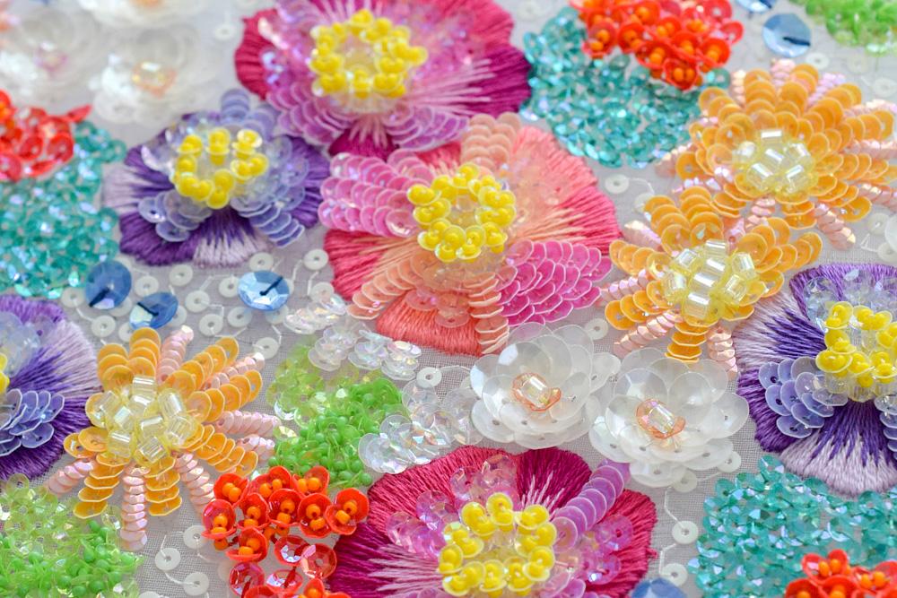 スパンコールの花のリュネビル刺繍