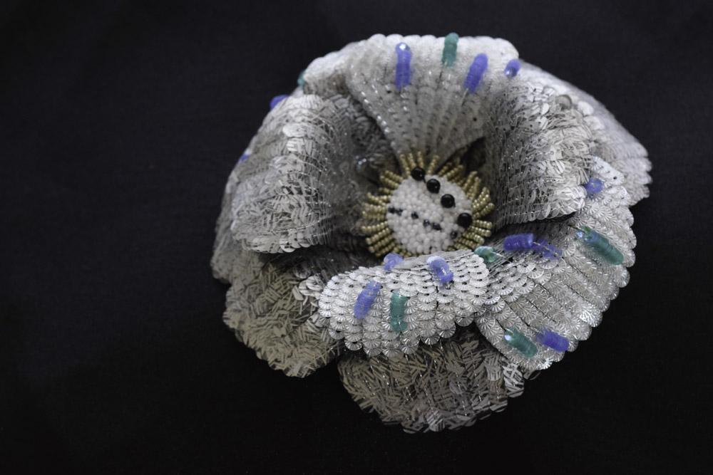 ソレイユと柄スパンコールの刺繍コサージュ