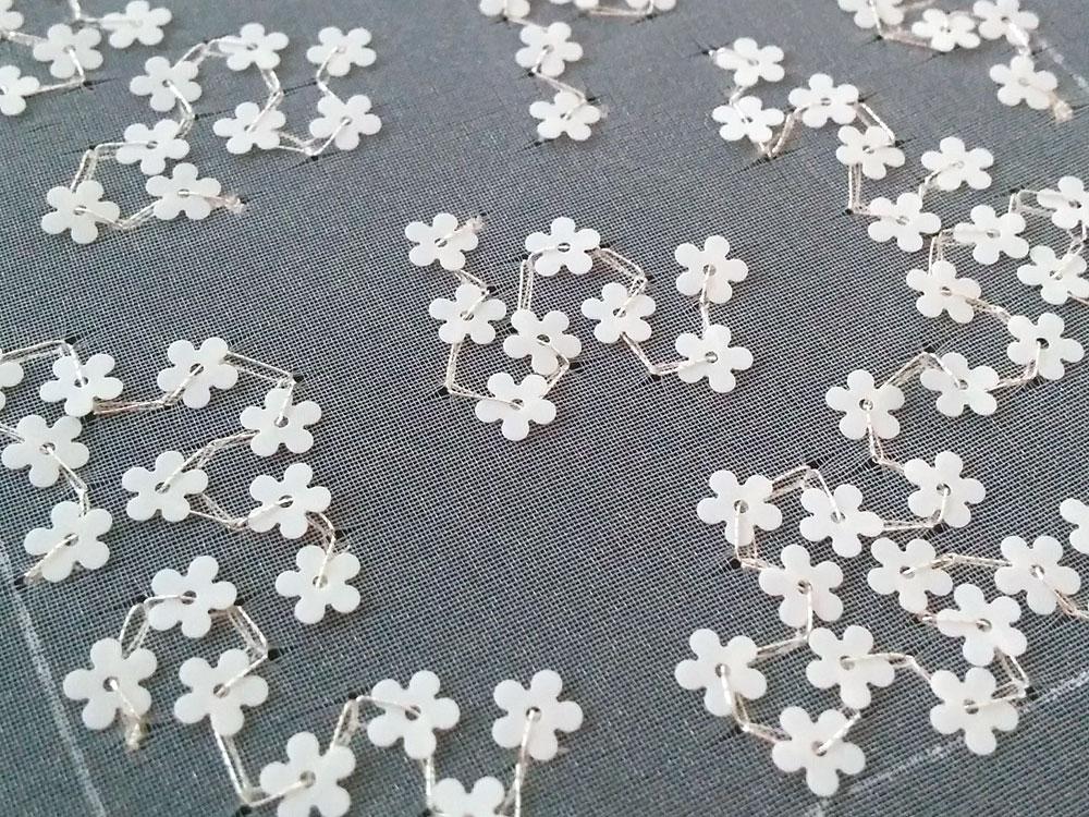 お花のスパンコール刺繍