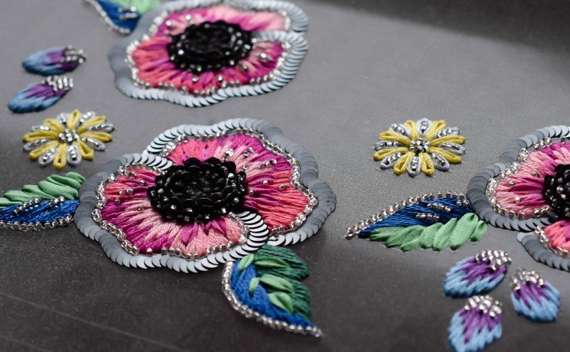リュネビルと糸刺繍のポシェット